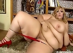Gorgeous BBW Plays with herself